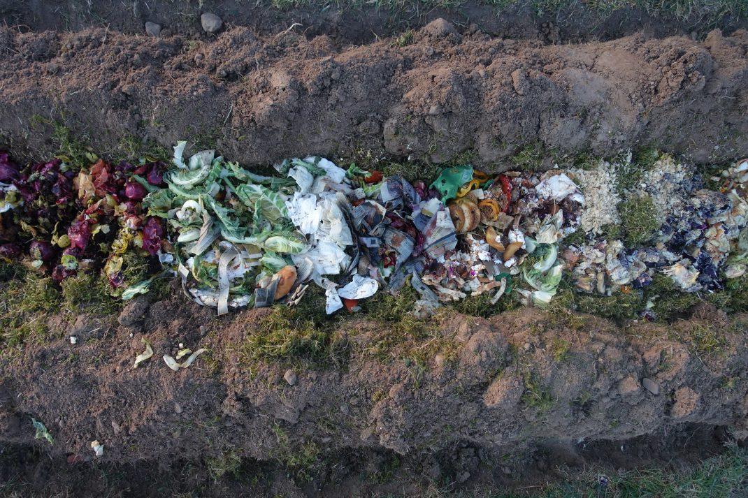 Liggande bild, samma som ovan med kompostmaterial i ett dike i en bädd.