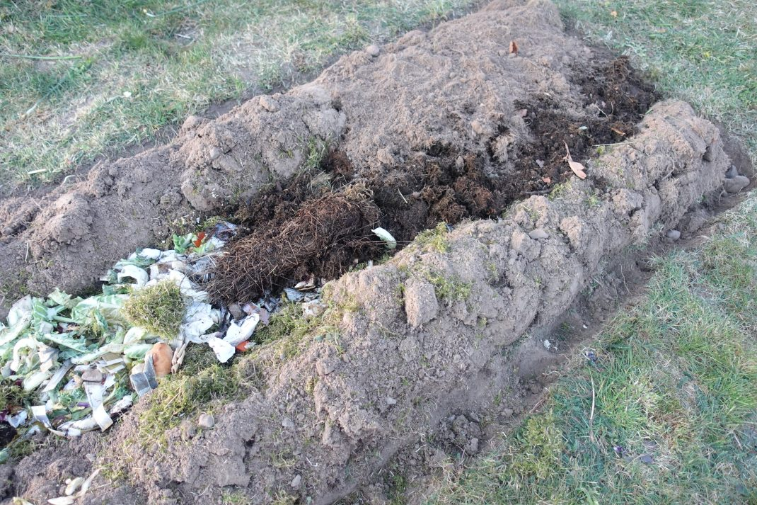 Lite jord krattad över diket på föregående bild.