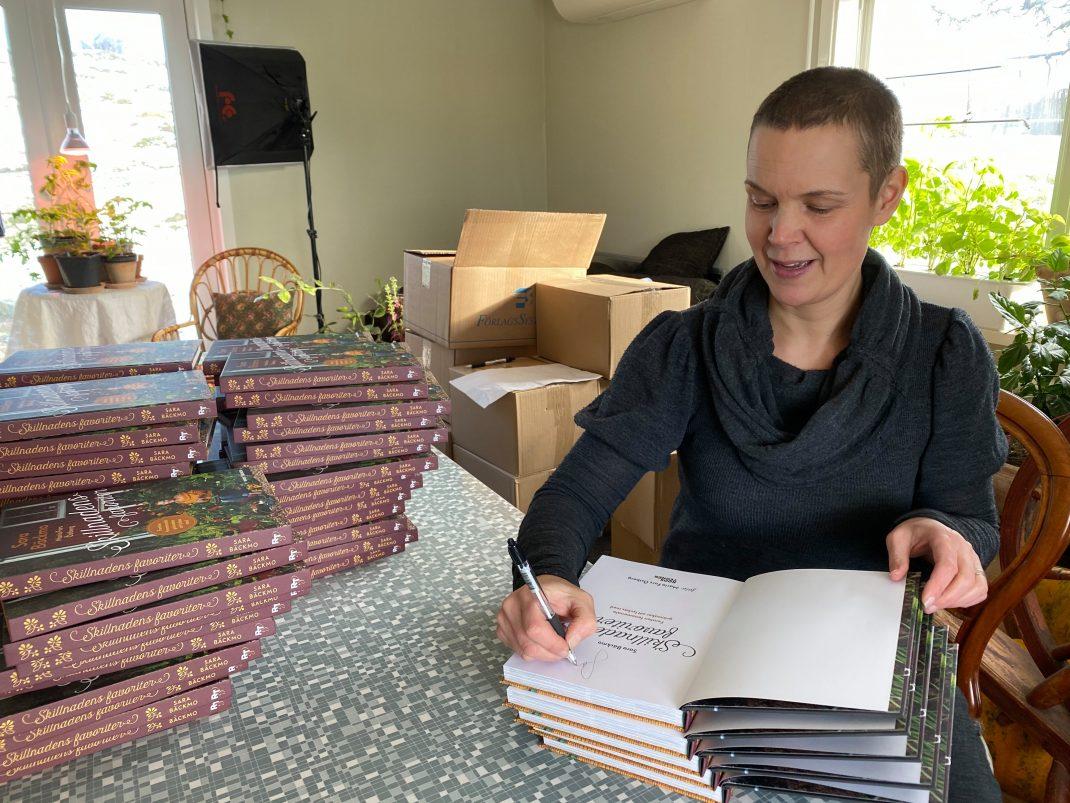 Sara signerar bok