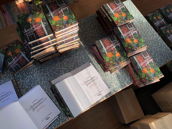 Ett bord fyllt av böcker