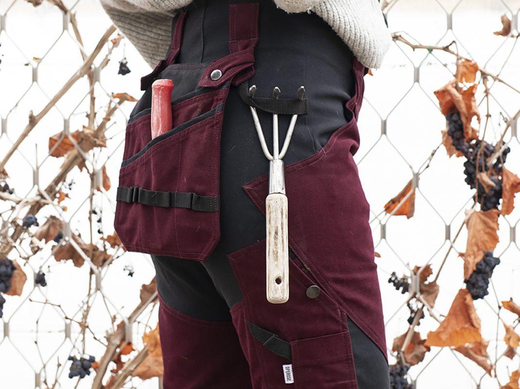 Närbild på ficka och redskap som hänger på byxor.