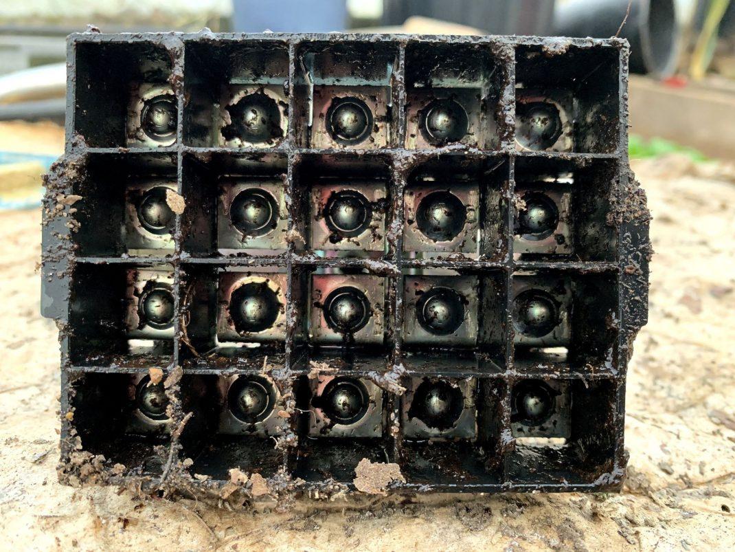 Undersidan av redskapet med tydliga celler avgränsade med plast.