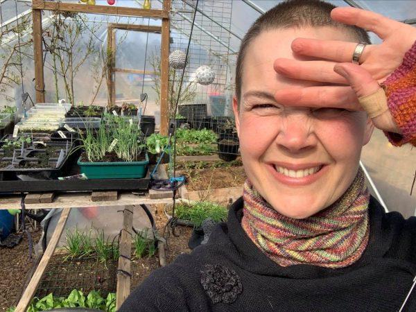 Sara Bäckmo i sitt soldränkta tunnelväxthus