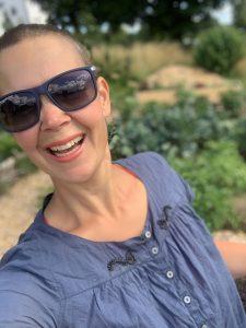 Glad Sara med solglasögon i blått.