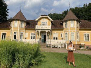 ett stort gult hus med tinnar och torn
