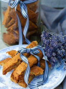 Knapriga biscottis av lavendel och pumpakärnor