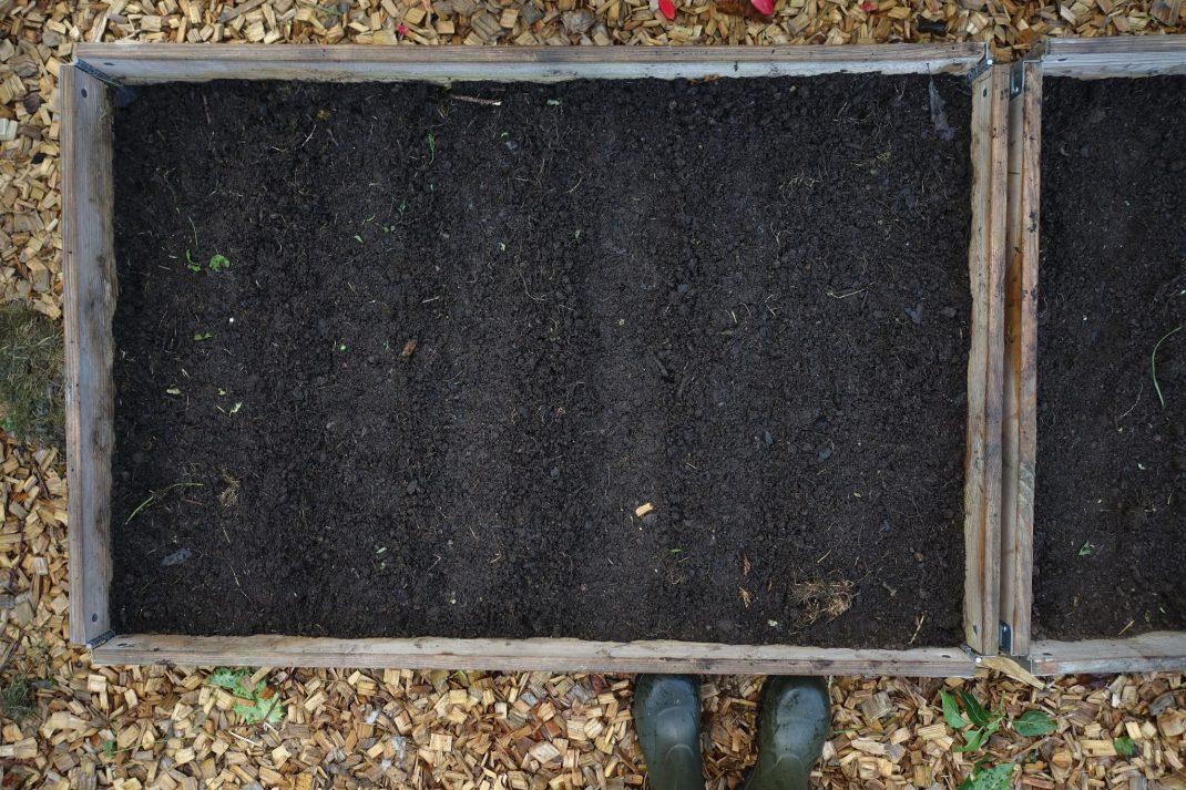 Pallkrage med jord fotograferad ovanifrån.