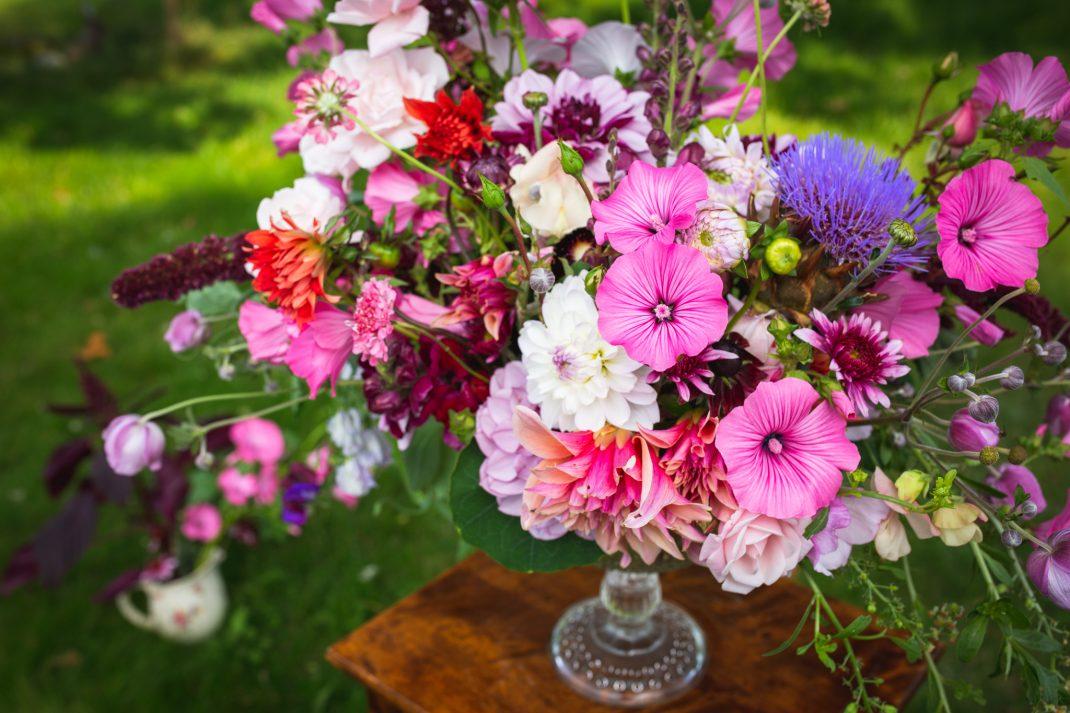 Rosa blomsterarrangemang