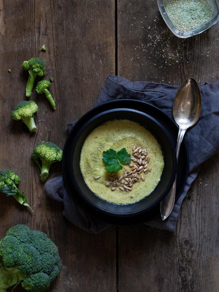 Broccolisoppa i en svart soppskål.