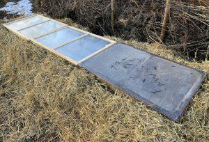 Varmbänken sedd ovanifrån med lock av plast över odlingsytan.