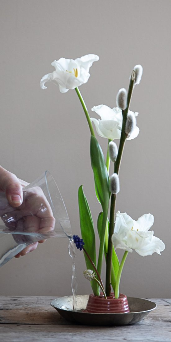 Arrangemang med blommor i en skål.