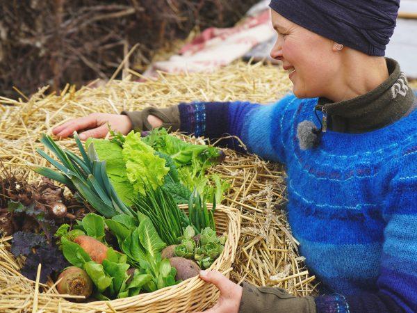 Sara med nyskördade grönsaker