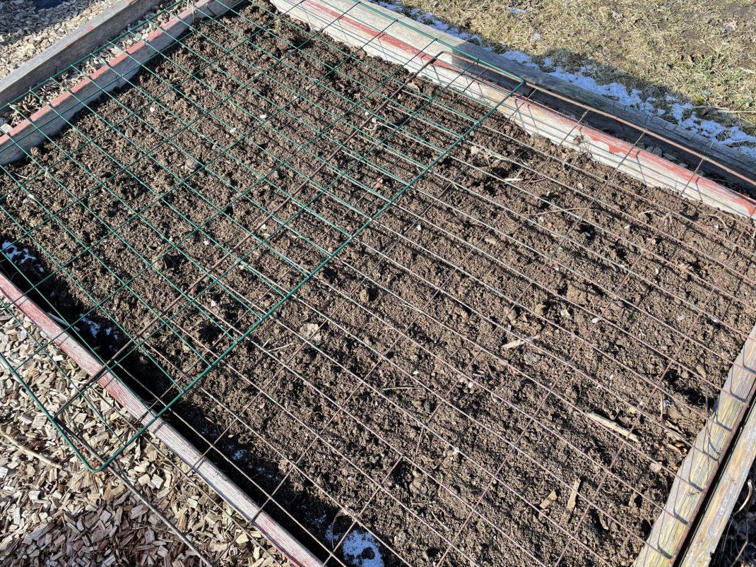 Pallkrage med jord och kompostgaller på.