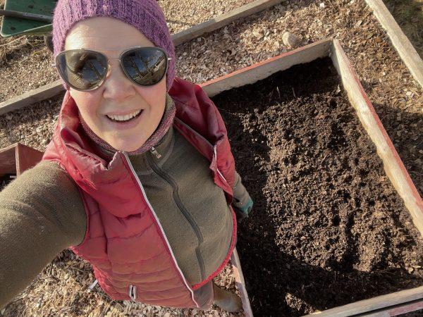 Selfie med Sara i skitig röd väst, solglasögon och mössa.