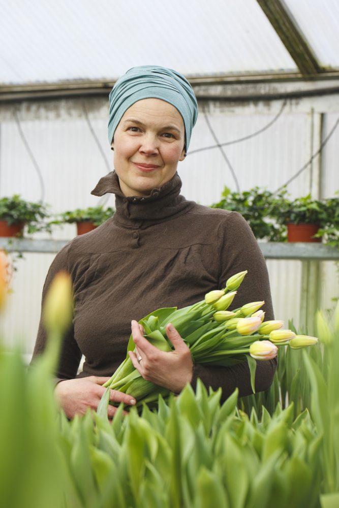 Sara med tulpaner i famnen