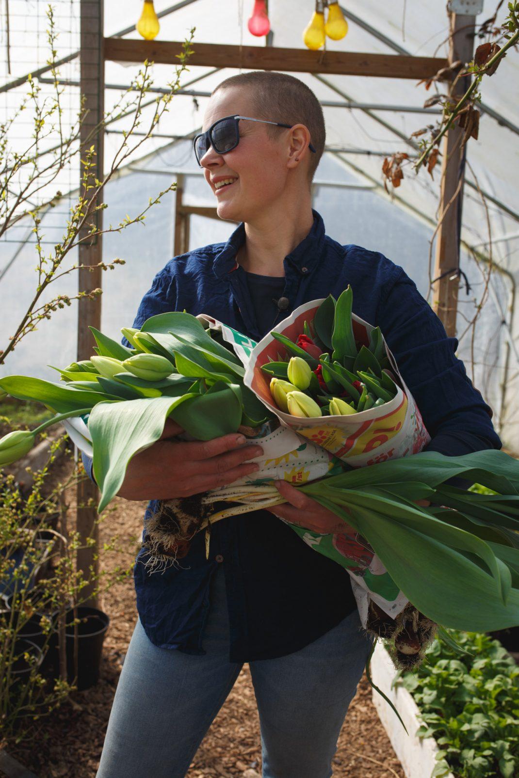 Sara med tulpaner från jordkällaren