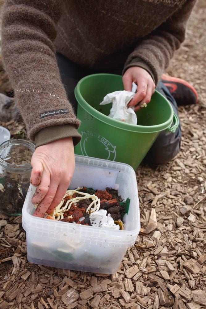 Sara gör en mask-kompost
