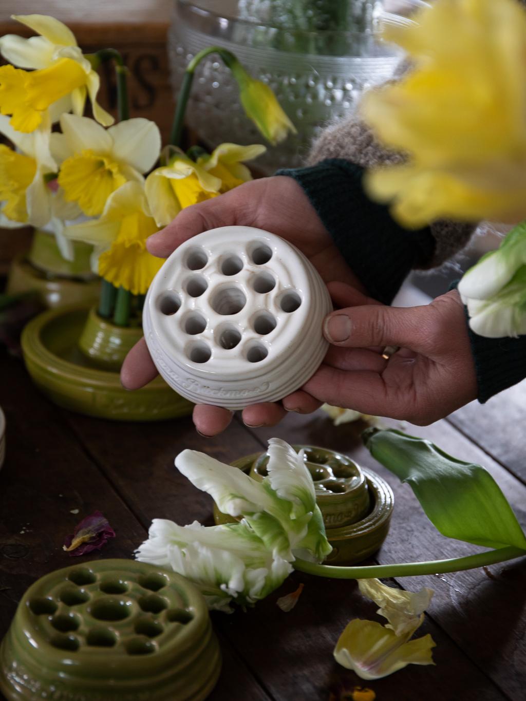 En blomhållare i vit keramik.
