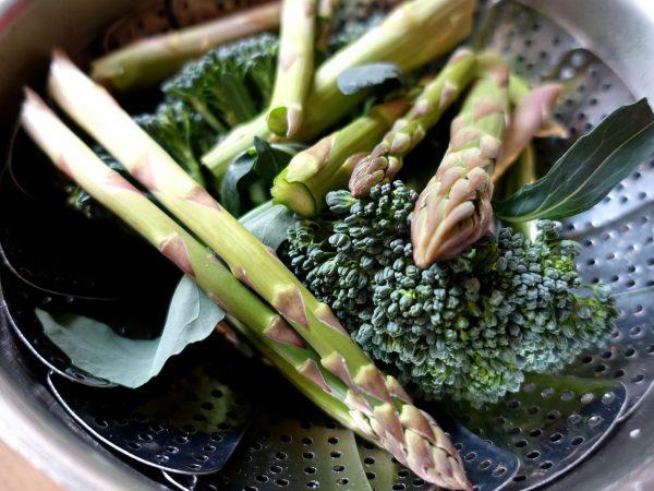 Sparris och broccoli i en gryta.