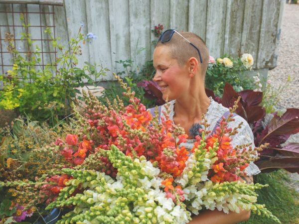 Sara med alla blommor som ska lämnas till Astas blommor
