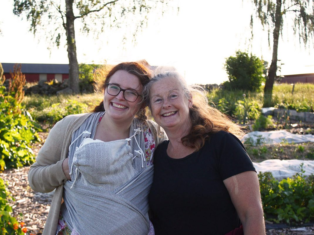 Majja med bebis i sjal och Kajsa på Rinkaby Gård.