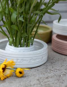 Blomhållare och fat i handgjord keramik.