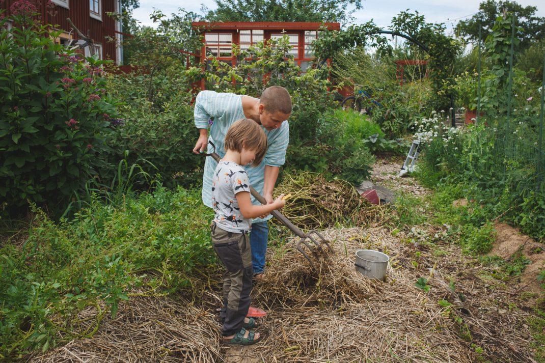 Loa och Sara ute i trädgården