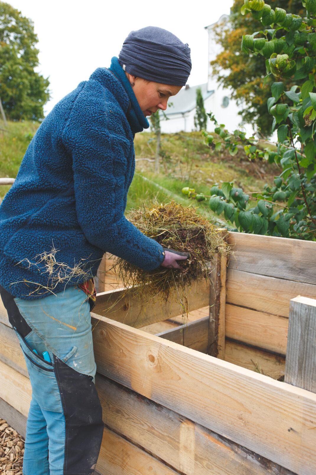 Sara komposterar i nya komposten
