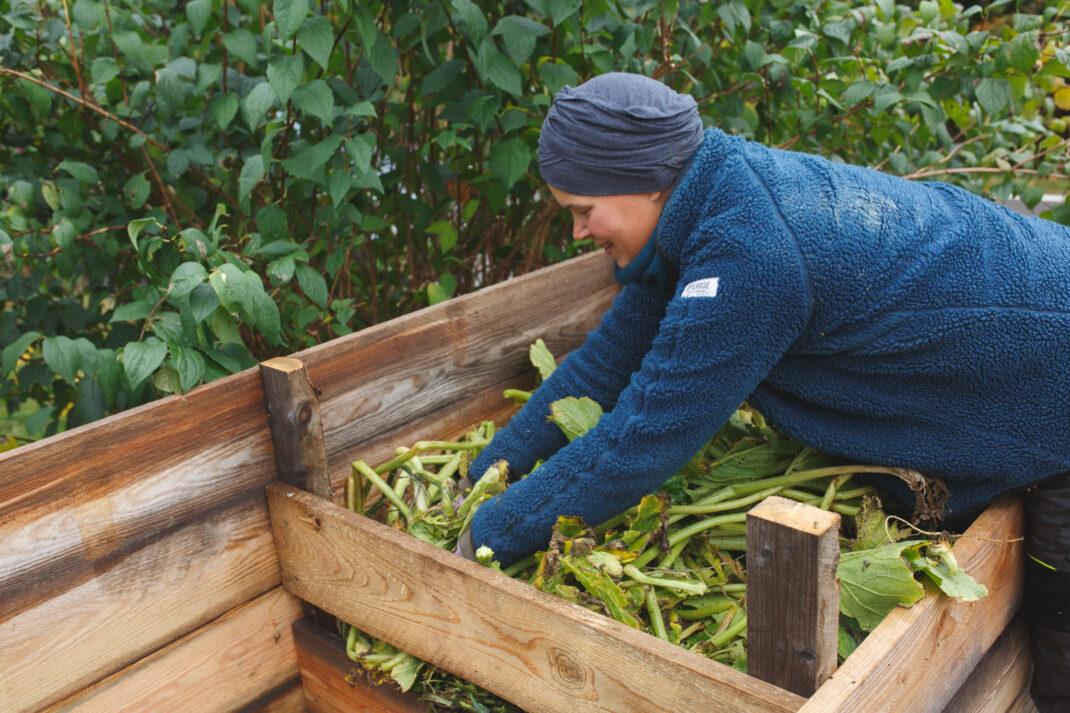 Sara trycker ner växtmaterial för mer plats