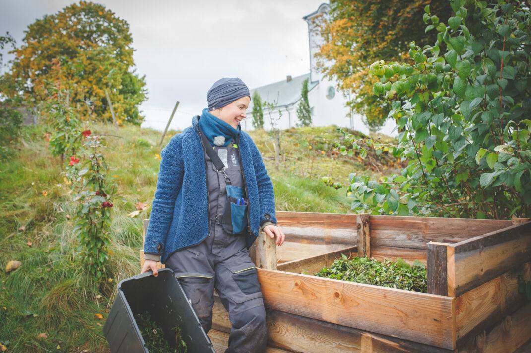 Sara vid sin nybyggda kompost