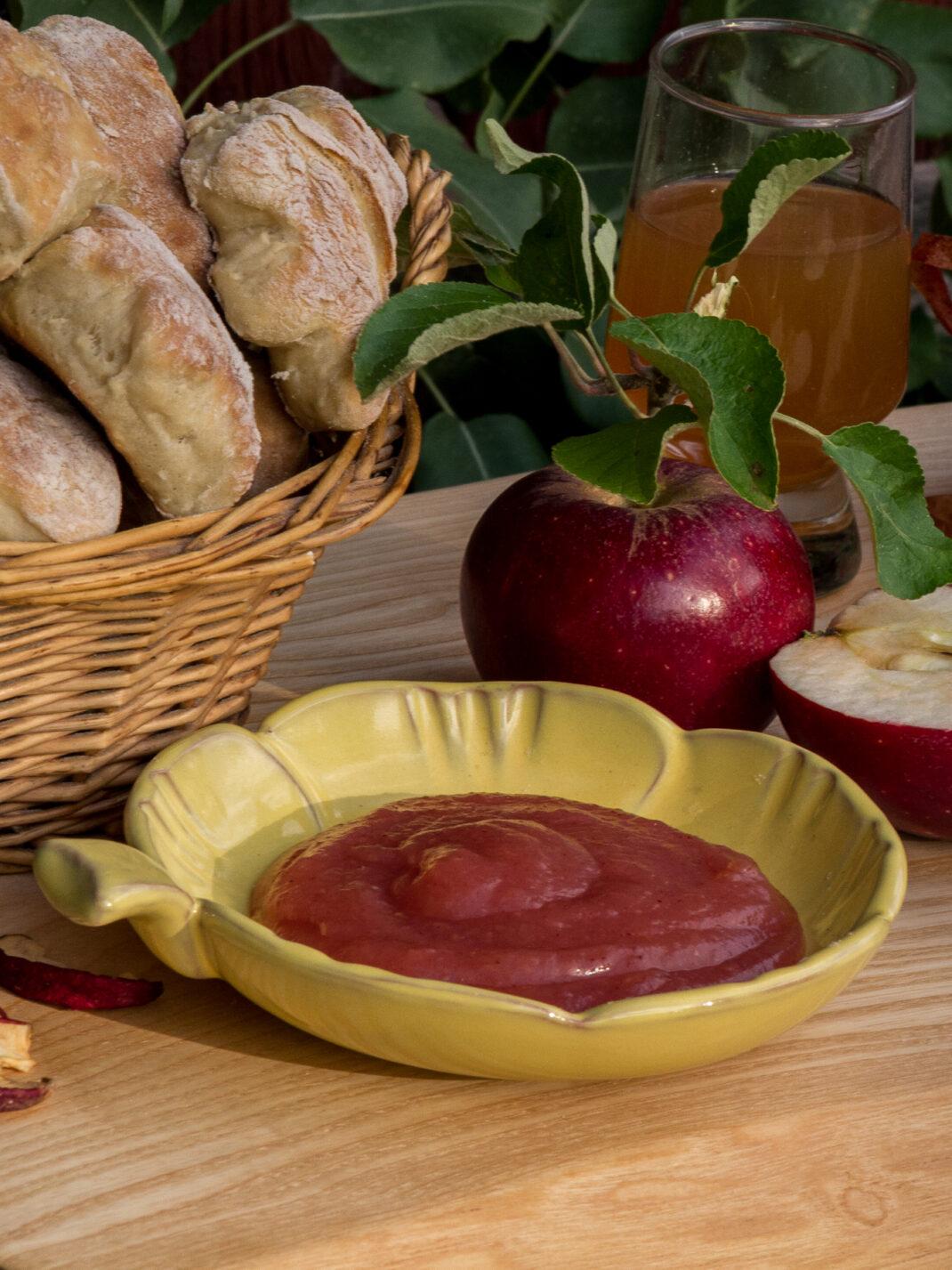 En skål med hemmalagat äppelsmör.